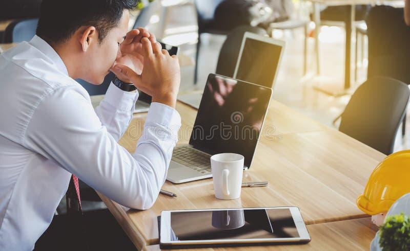 Homme d'affaires soumis à une contrainte ayant des problèmes et le mal de tête au travail image stock