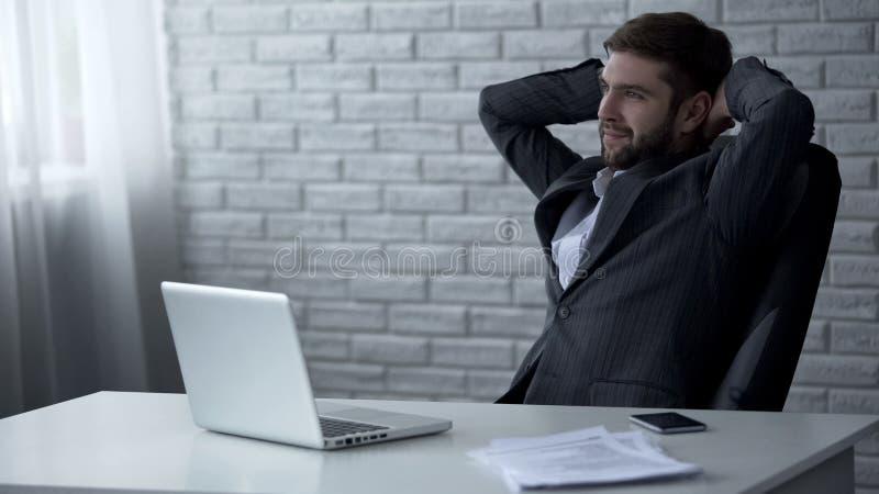 Homme d'affaires souriant après la signature du contrat, des fusions et des acquisitions réussis image stock