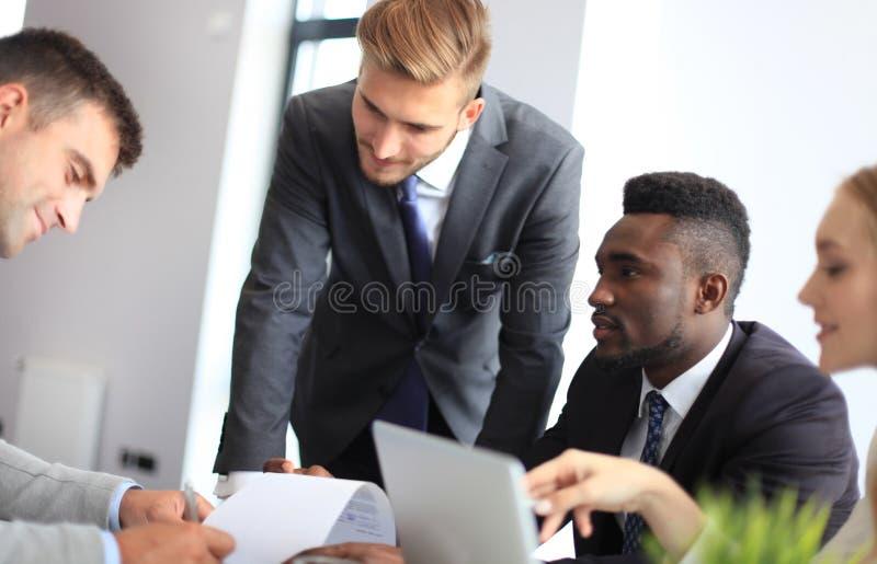 Homme d'affaires souriant heureusement en tant que son associé signant finalement le contrat important image libre de droits