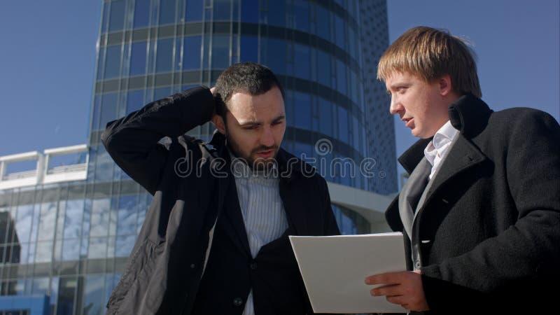 Homme d'affaires sous l'effort, déçu avec la documentation photo libre de droits