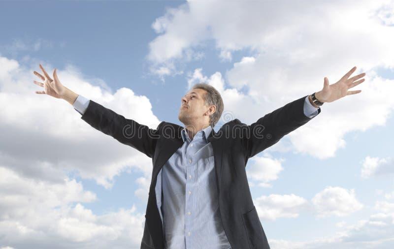 Homme d'affaires sous le ciel bleu photo libre de droits