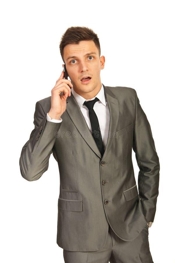 Homme d affaires stupéfait par un appel téléphonique