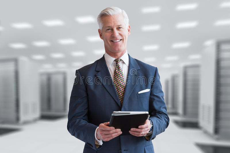 Homme d'affaires supérieur dans la chambre de serveur photographie stock libre de droits