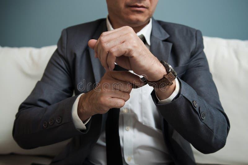 Homme d'affaires supérieur dans le costume gris photos stock