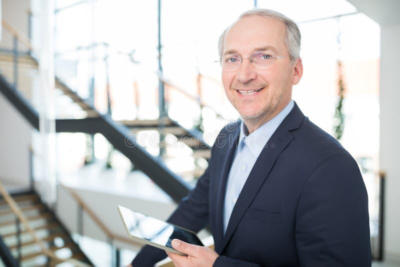 Homme d'affaires supérieur de sourire Holding Digital Tablet images stock