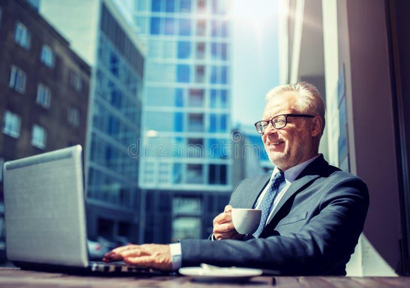 Homme d'affaires sup?rieur avec du caf? potable d'ordinateur portable images libres de droits