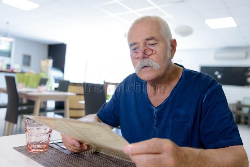 Homme d'affaires sup?rieur en caf? photo libre de droits