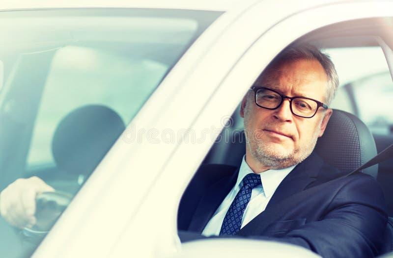 Homme d'affaires sup?rieur heureux conduisant la voiture image libre de droits