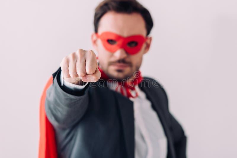 homme d'affaires superbe bel dans le poing d'apparence de masque et de cap photo libre de droits