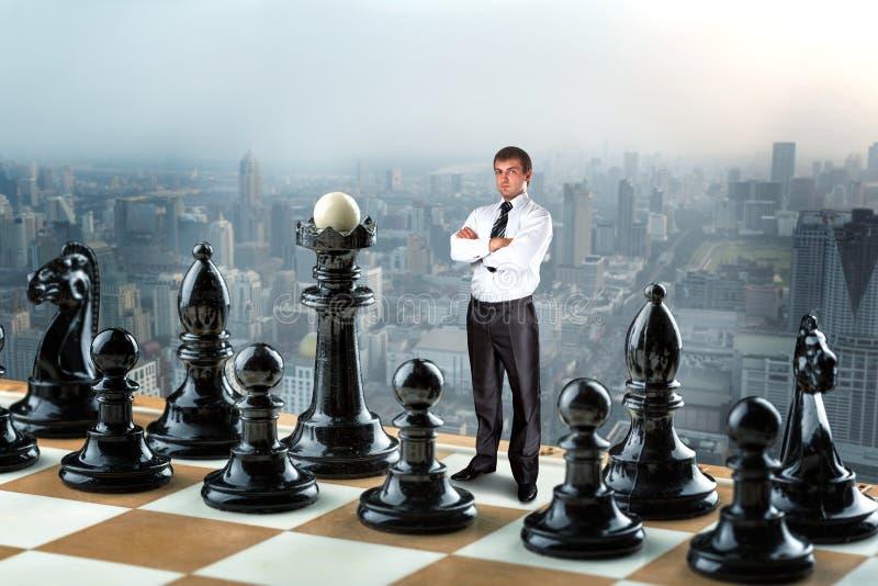 Homme d'affaires sur l'échiquier photos libres de droits