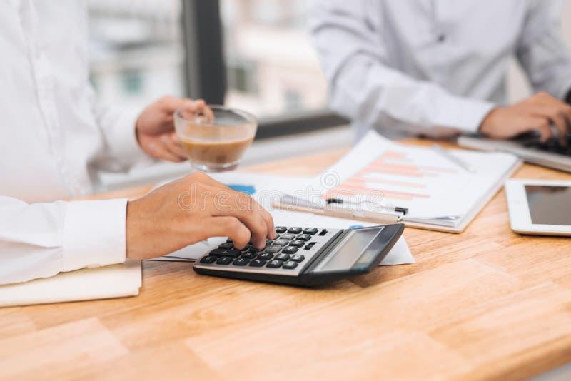 Homme d'affaires sur l'évaluation financière en ligne Travail d'équipe dans le bureau photos libres de droits