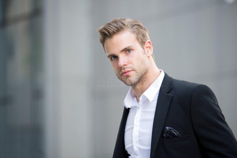 Homme d'affaires sur l'aller L'employé de bureau attirant bel de type vont se réunir L'homme a bien toiletté les promenades forme photo stock