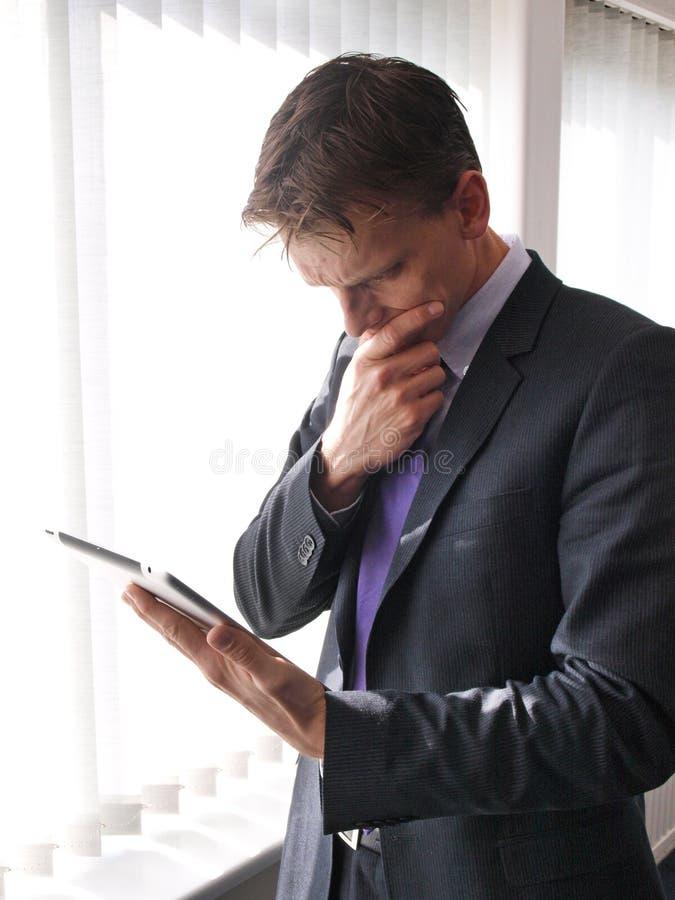 Homme d'affaires sur l'ipad photo stock