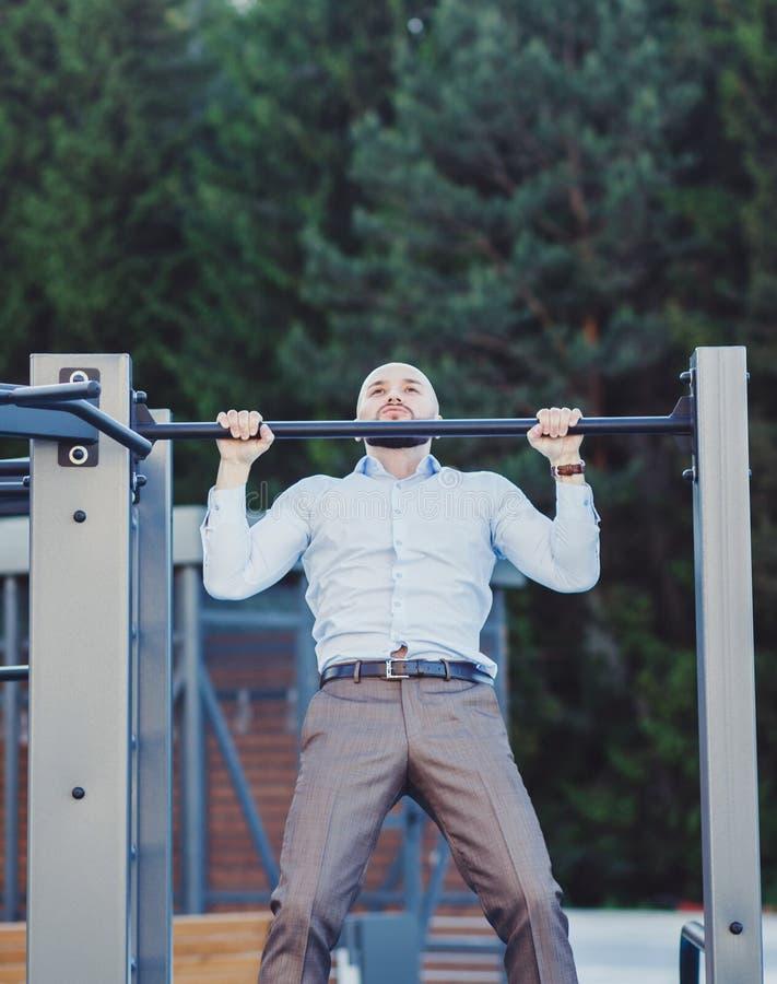 Homme d'affaires sur la barre horizontale photos libres de droits