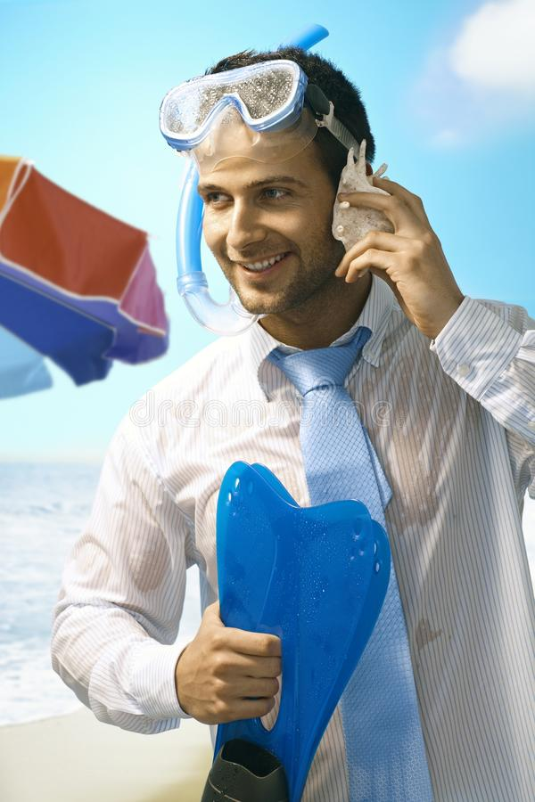 Homme d'affaires sur la plage images stock