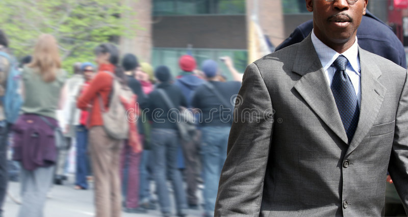 Homme d'affaires sur la rue image stock