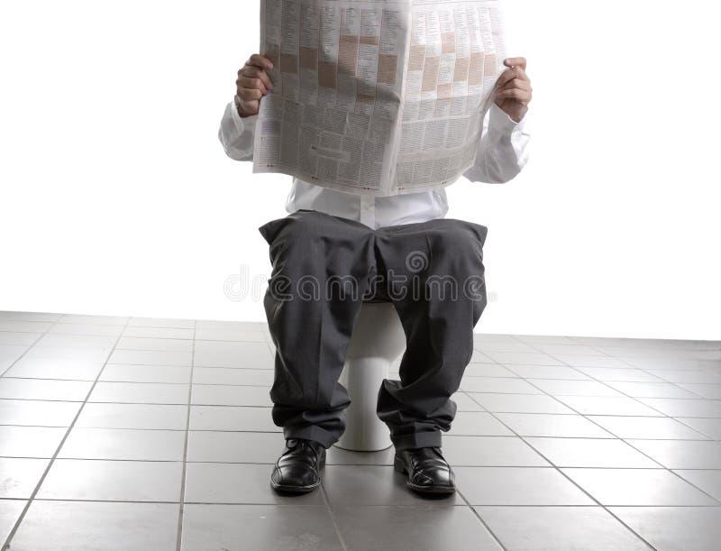 Homme d'affaires sur la toilette images stock