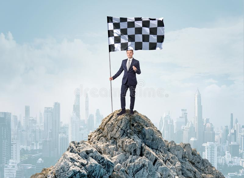 Homme d'affaires sur le dessus d'une ville atteignant son but photo stock