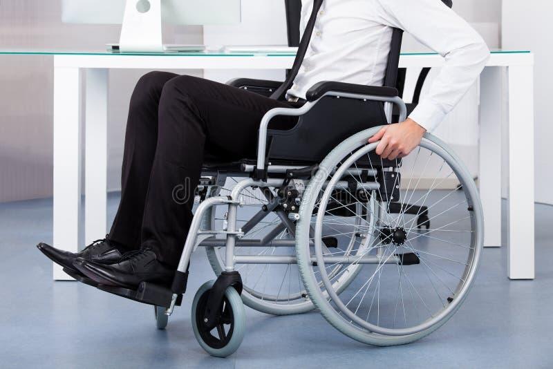 Homme d'affaires sur le fauteuil roulant images libres de droits