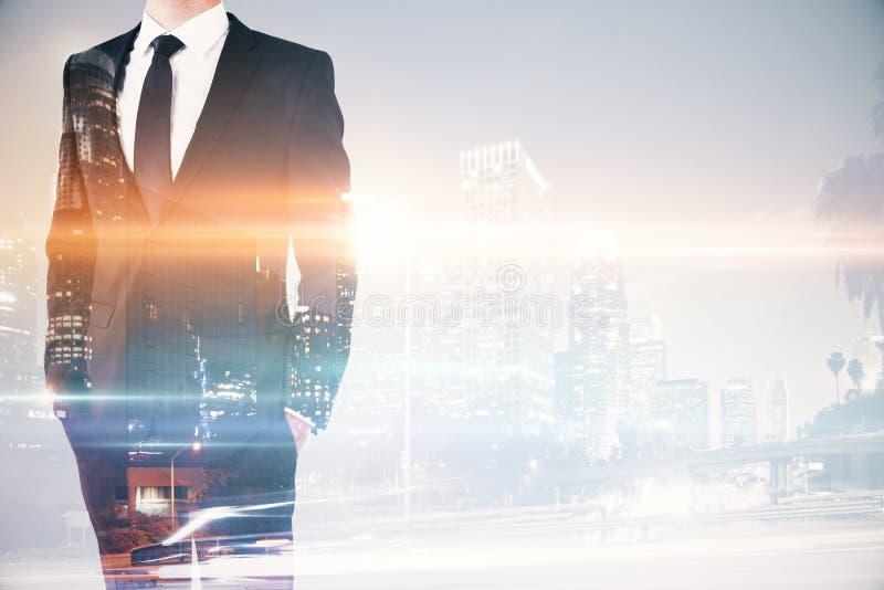Download Homme D'affaires Sur Le Multiexposure De Fond De Ville Photo stock - Image du gestionnaire, affaires: 77158902