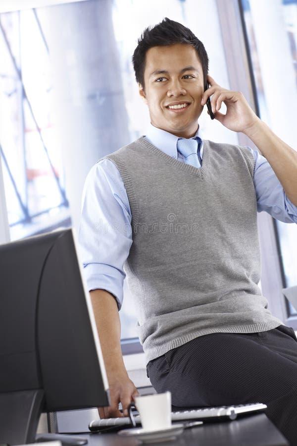 Homme d'affaires sur le portable photo libre de droits