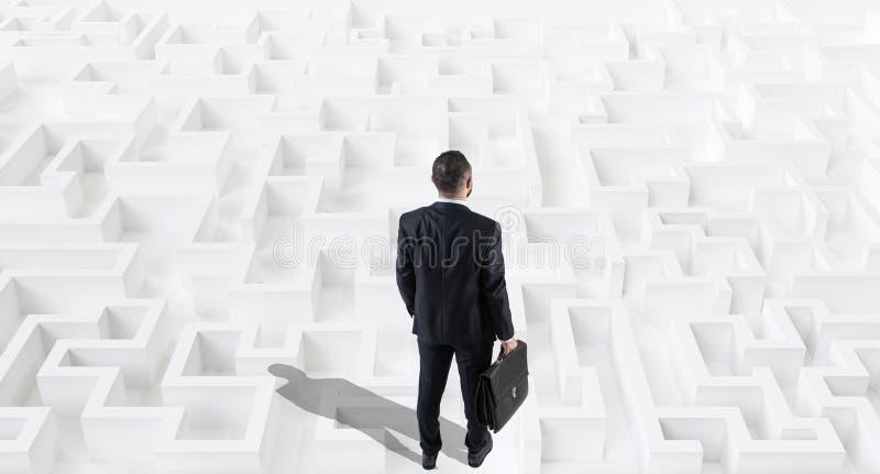 Homme d'affaires sur un grand labyrinthe ou labyrinthe blanc Concept de strat?gie commerciale image stock