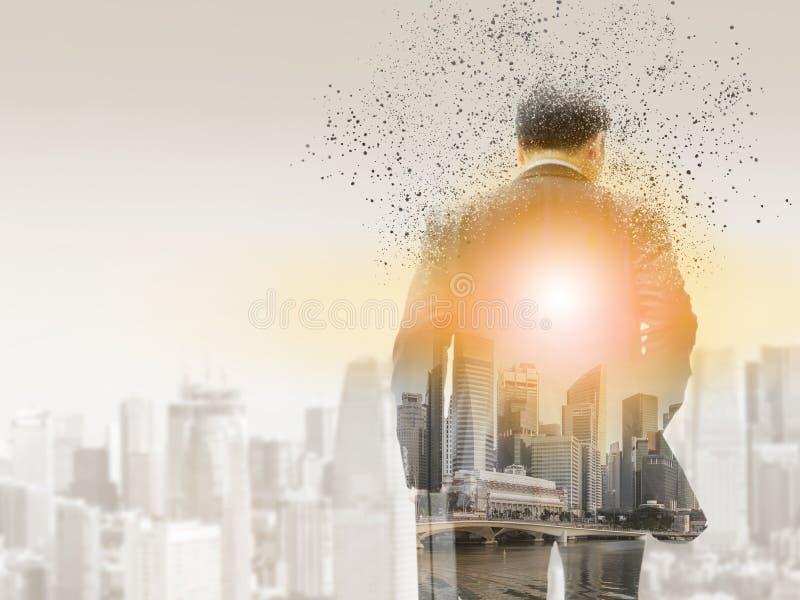 Homme d'affaires surréaliste dans la ville moderne images libres de droits