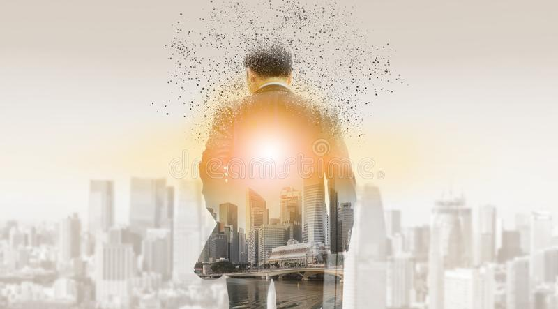 Homme d'affaires surr?aliste dans la ville moderne photos stock