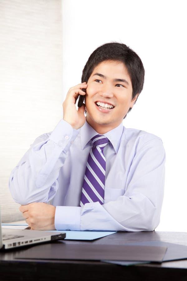 Homme d'affaires Talking au téléphone portable image libre de droits
