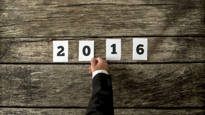 Homme d'affaires te souhaitant la bonne année pour 2016 images libres de droits