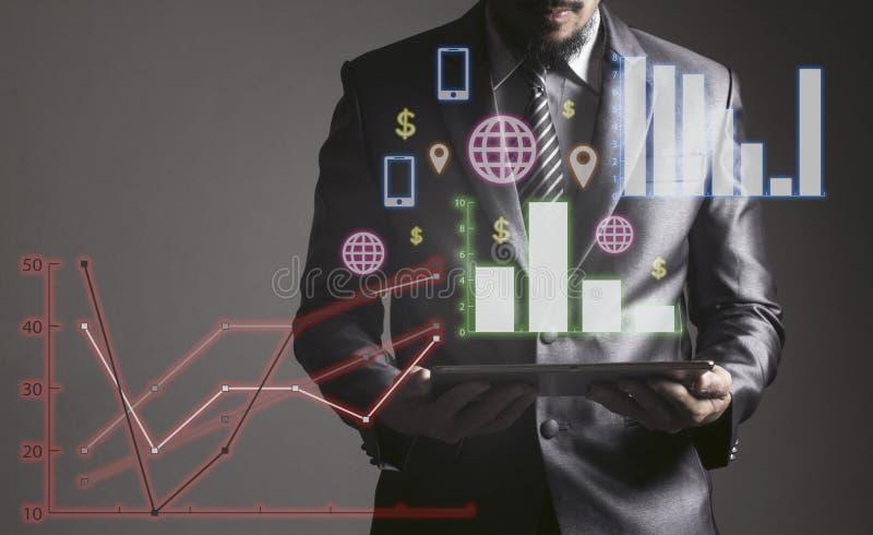 Homme d'affaires tenant de pair avec l'ordinateur portable le concept des affaires photos stock