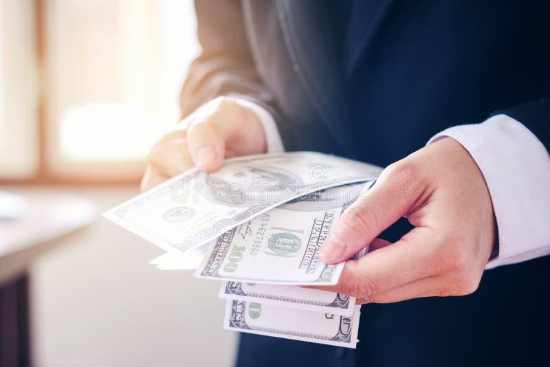Homme d'affaires tenant des billets d'un dollar image stock