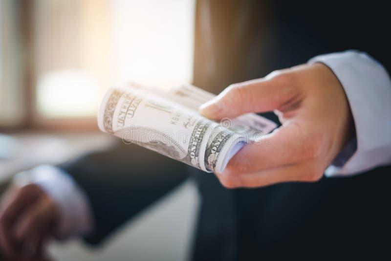 Homme d'affaires tenant des billets d'un dollar photos libres de droits