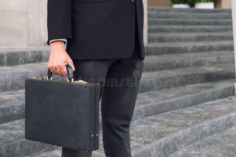 Homme d'affaires tenant et tenant un esprit fonctionnant disponible de serviette images stock