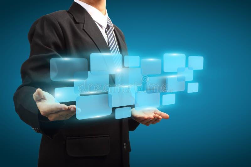 Homme d'affaires tenant l'écran virtuel numérique illustration de vecteur