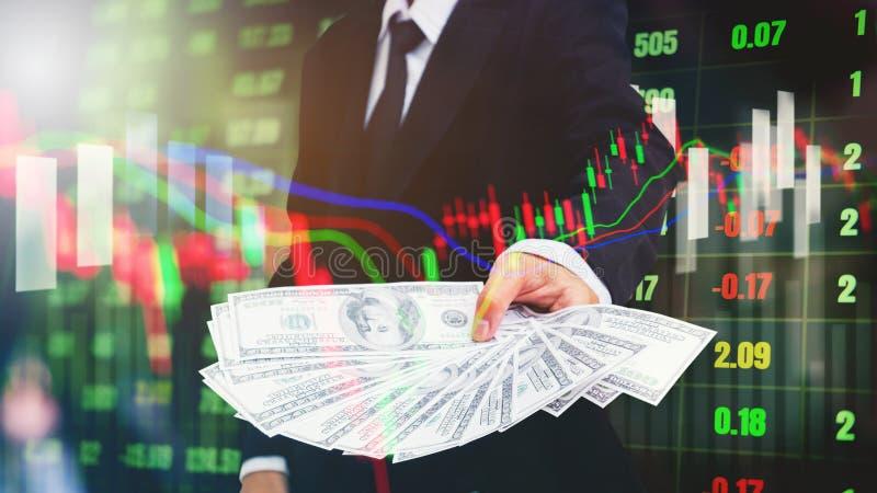 Homme d'affaires tenant l'argent factures de dollar US sur le marke courant numérique photos libres de droits