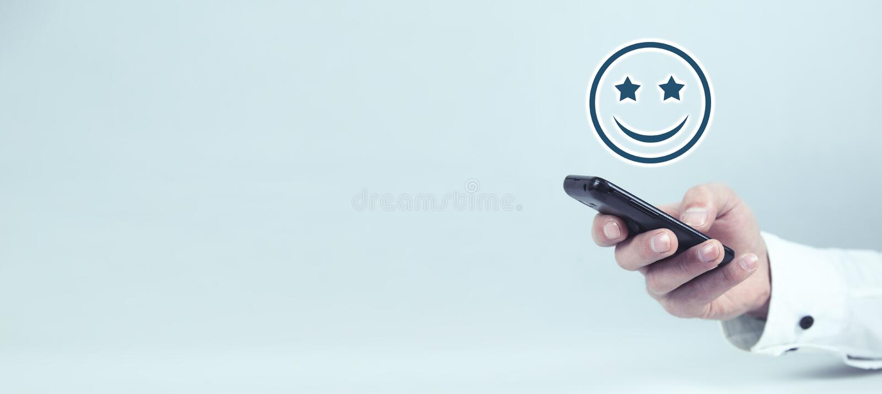 Homme d'affaires tenant l'ic?ne heureuse Concept d'exp?rience de client photo libre de droits