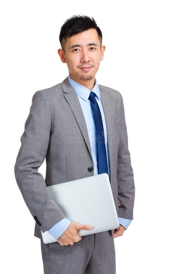 Homme d'affaires tenant l'ordinateur portable photos libres de droits