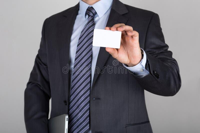 Homme d'affaires tenant la carte de visite professionnelle de visite blanche images libres de droits