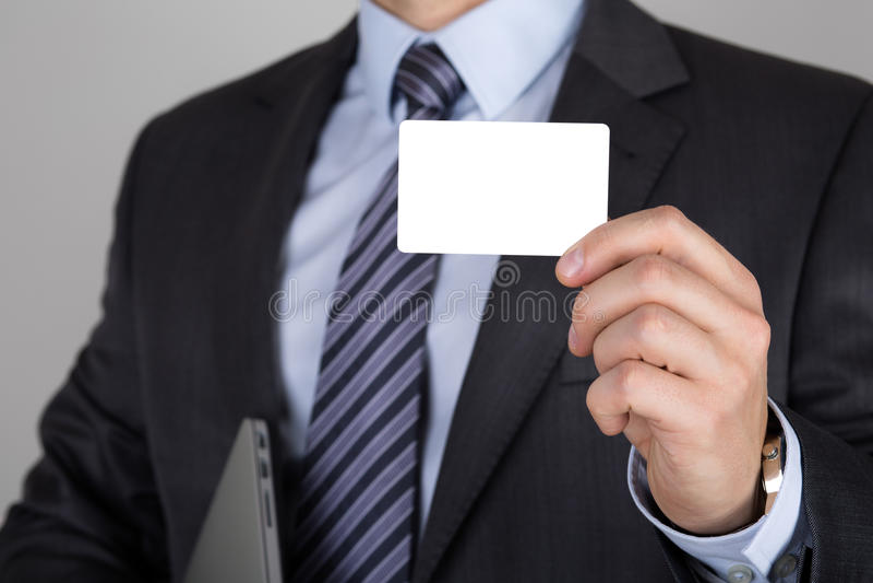 Homme d'affaires tenant la carte de visite professionnelle de visite blanche photo libre de droits