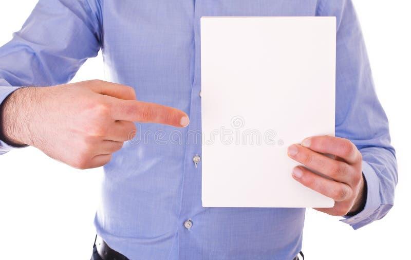 Homme d'affaires tenant la page du papier blanche. image stock