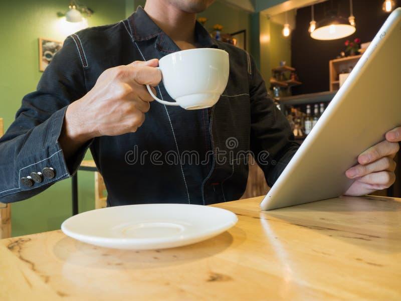 Download Homme D'affaires Tenant La Tasse De Café Tandis Qu'actualités Lues Sur Le Comprimé Photo stock - Image du people, businessperson: 87706852
