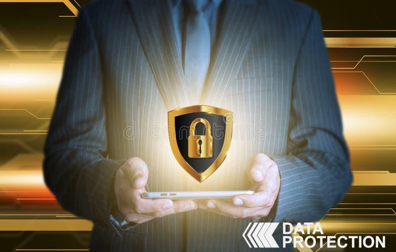 Homme d'affaires tenant le bouclier de protection des données de comprimé image libre de droits