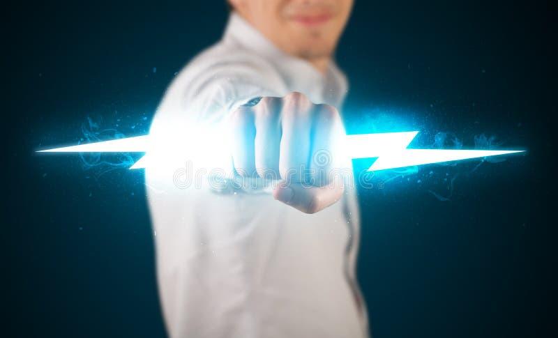 Homme d'affaires tenant le boulon de foudre rougeoyant dans des ses mains images libres de droits