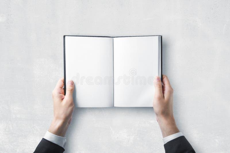 Homme d'affaires tenant le livre vide images libres de droits