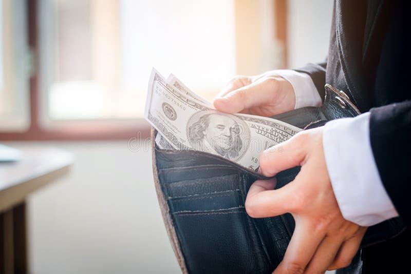 Homme d'affaires tenant le paiement de billets d'un dollar images stock
