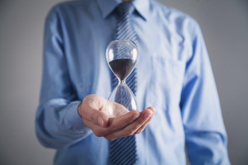 Homme d'affaires tenant le sablier Concept de date-butoir photo libre de droits
