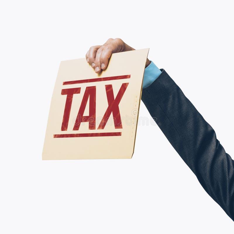 Homme d'affaires tenant un dossier fiscal image libre de droits