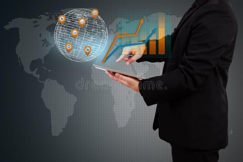 Homme d'affaires tenant un graphique de gestion d'apparence de comprimé sur s virtuel photos stock