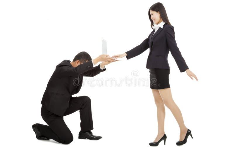 Homme d'affaires tenant un ordinateur portable pour l'usage femelle de directeur image libre de droits